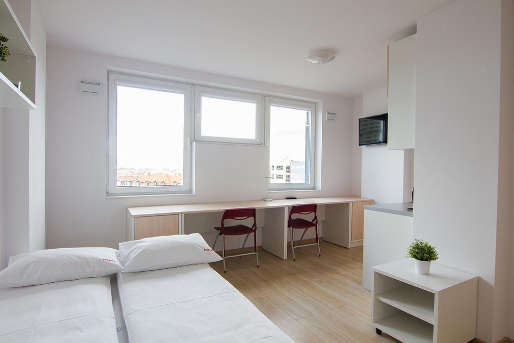 - Meble na zamówienie dla mikroapartamentu Starter we Wrocławiu. W skład zestawu mebli wchodzi: sofa, szafy, stolik, biurko, aneks kuchenny, krzesła
