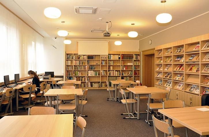 - Meble na zamówienie dla biblioteki. Wyposażenie: sofa, regały biblioteczne, szafy, stolik, biurko, fotele, krzesła, lada biblioteczna, meble nietypowe
