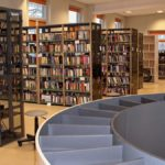Meble na zamówienie dla biblioteki. Wyposażenie: sofa, regały biblioteczne, szafy, stolik, biurko, fotele, krzesła, lada biblioteczna, meble nietypowe