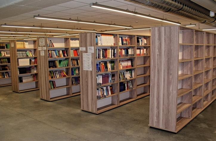- Meble na zamówienie dla biblioteki. Wyposażenie: sofa, regały biblioteczne, szafy, stolik, biurko, fotele, krzesła, lada biblioteczna