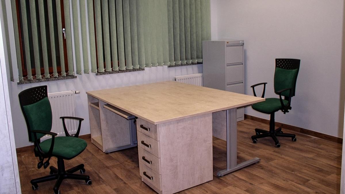 Przykład prostego pomieszczenia z meblami biurowymi dostarczonym do Wrocławia.