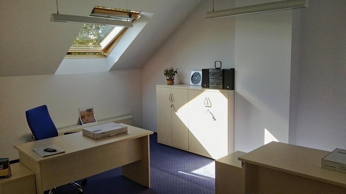 Pomieszczenia na poddaszu zawsze są wymagające jeśli chodzi o meble biurowe. Dla klientów z Wrocławia tworzyliśmy wielokrotnie realizacje, które idealnie wpasowują się w otocznie.