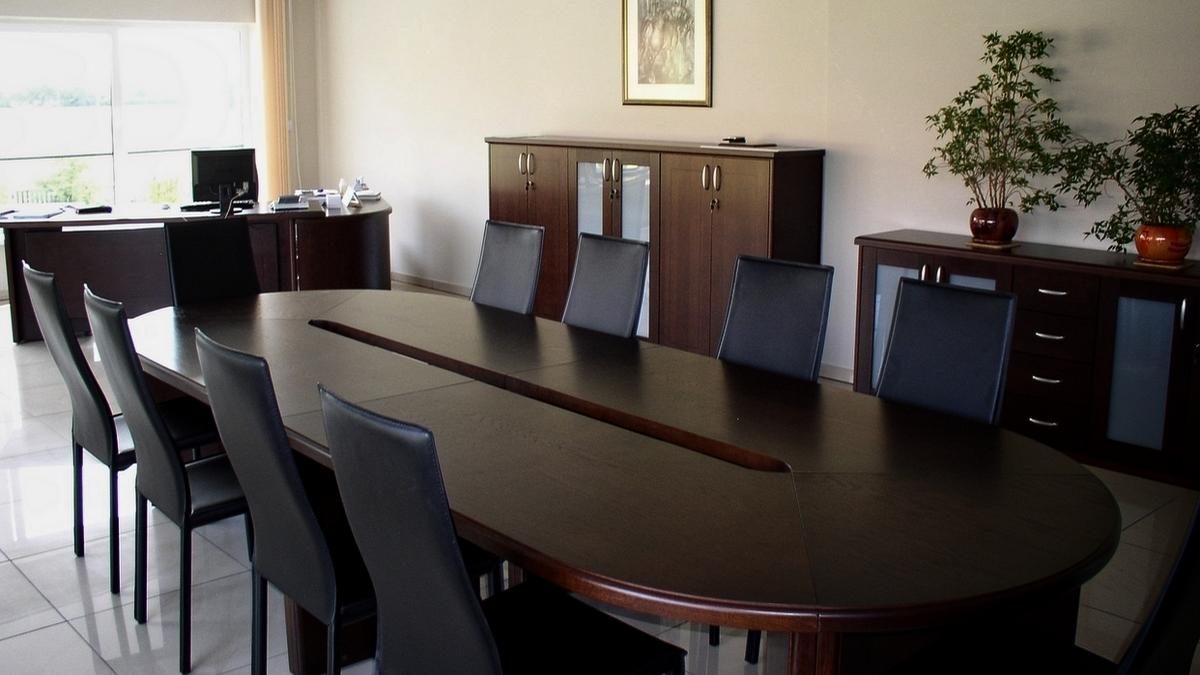 Stół konferencyjny z ciemnego drewna jest meblem masywnym, który nadaje klimat pomieszczeniu. Tego typu meble dostarczaliśmy wielu klientom na terenie Wrocławia