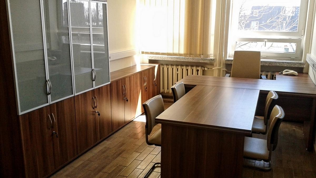 Gabinet Dziekana Politechniki Wrocławskiej. Biurko wraz ze stołem dla gości. Są to typowe meble gabinetowe