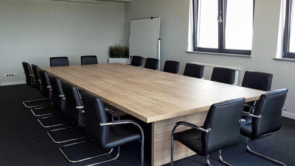 Przykład sali konferencyjnej we Wrocławiu. Jest to jeden z podstawowych mebli biurowych