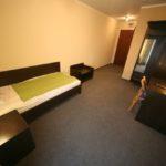 Hotelowe meble na zamówienie: łóżko, szafy, stolik, biurko, szafki nocne