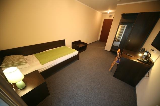 - Hotelowe meble na zamówienie: łóżko, szafy, stolik, biurko, szafki nocne