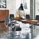 Meble biurowe. Meble gabinetowe. Meble pracownicze. W skład zestawu mebli wchodzi: biurko, szafki, szafy, stolik, aneks kuchenny, krzesła, fotele. Stoły na stelażu. Biurka na stelażu. Gabinety i biura. Meble konferencyjne